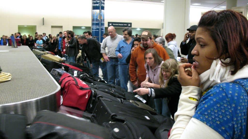Un employé d'aéroport a admis avoir intentionnellement envoyé des bagages n'importe où