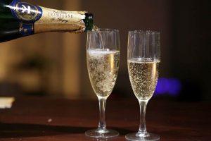 Un passager poursuit Sunwing parce que leur champagne était du vin mousseux