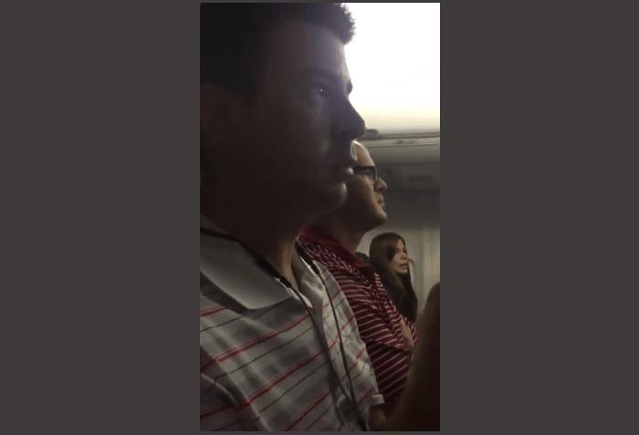 Vidéo: une femme annonce à son mari qu'elle est enceinte… via le pilote de l'avion