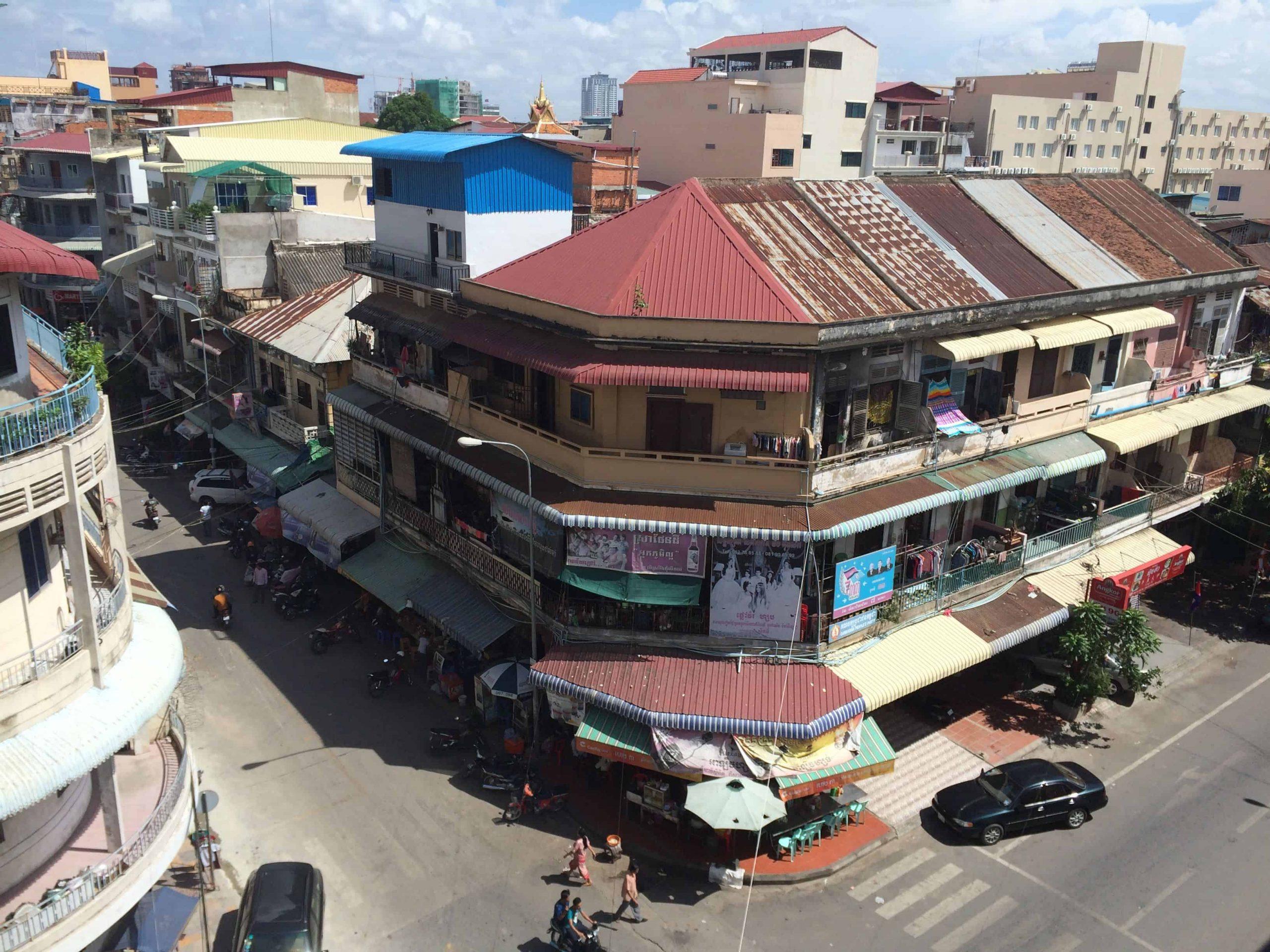Comment je suis tombé sous le charme avec la 'vibe' de Phnom Penh, un chaos organisé aussi séduisant que surprenant