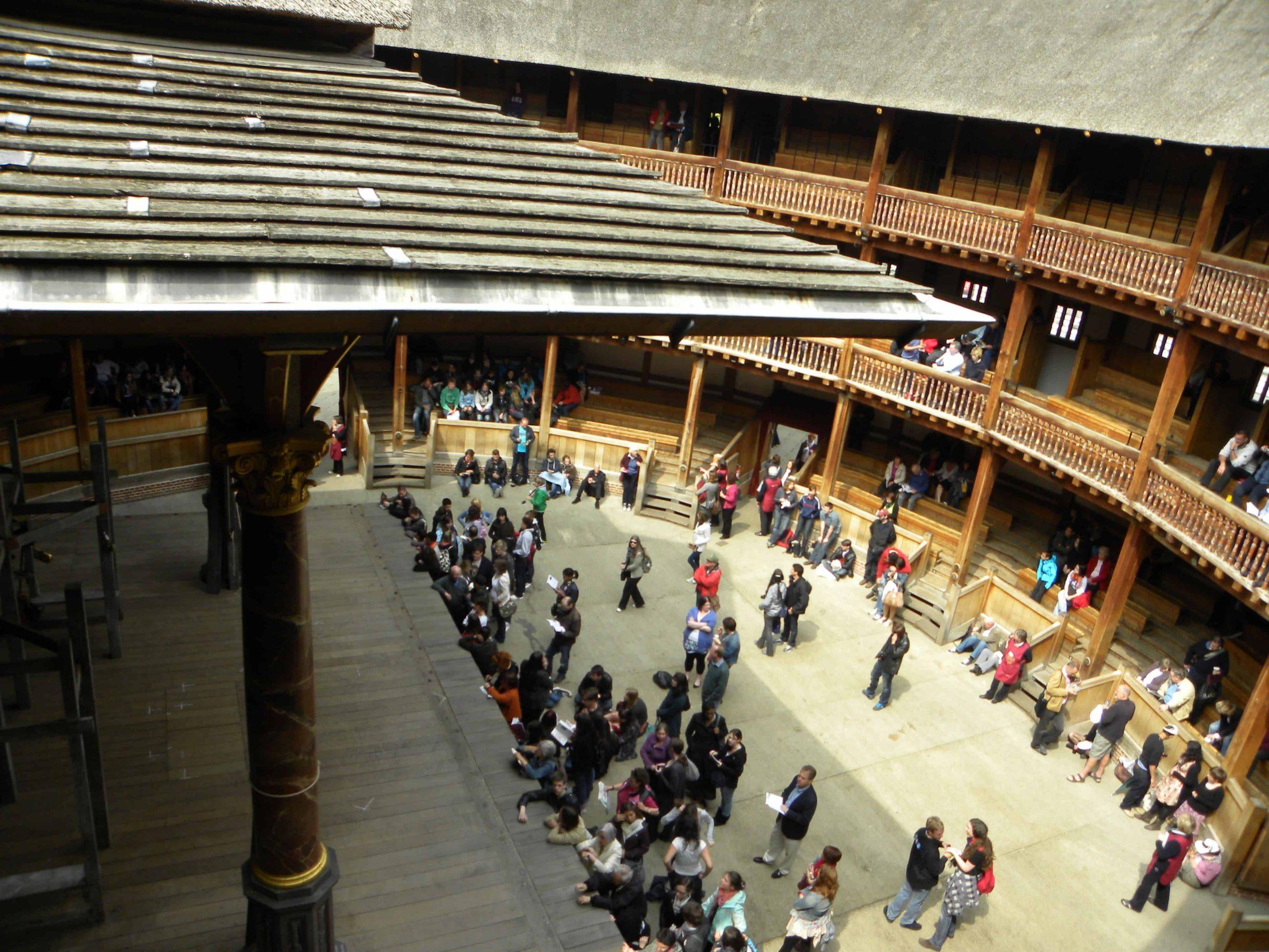 L'intérieur du Globe theatre. Une vieille salle de spectacle ou Shakespeare présentait des pièces.