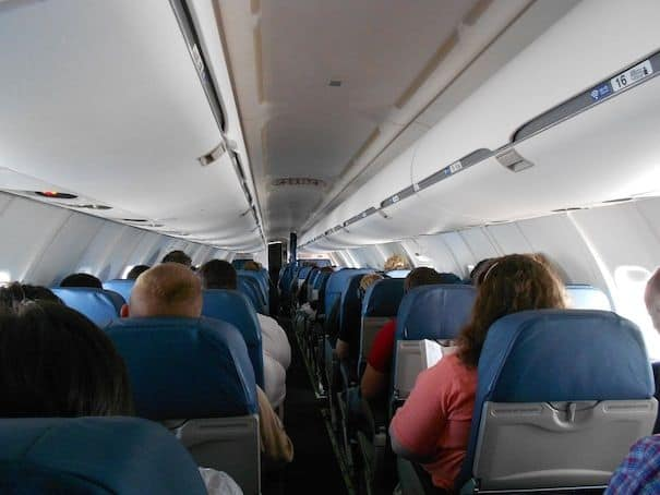 Truc de pro: la rampe «cachée» pour se tenir en marchant dans l'avion