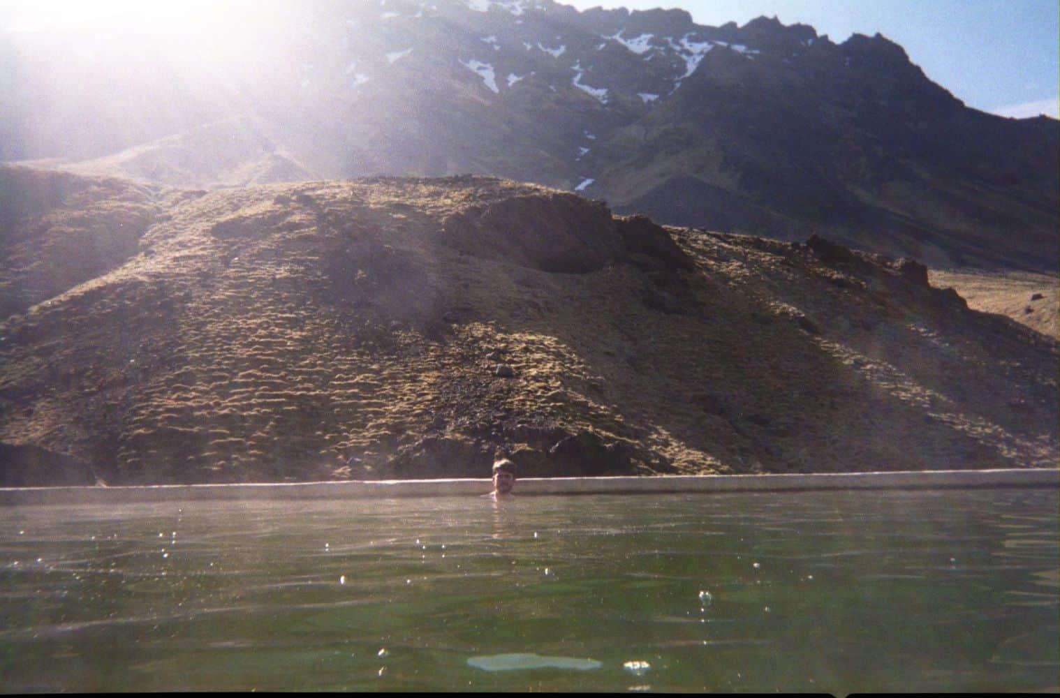 Un piscine à flanc de montagne.
