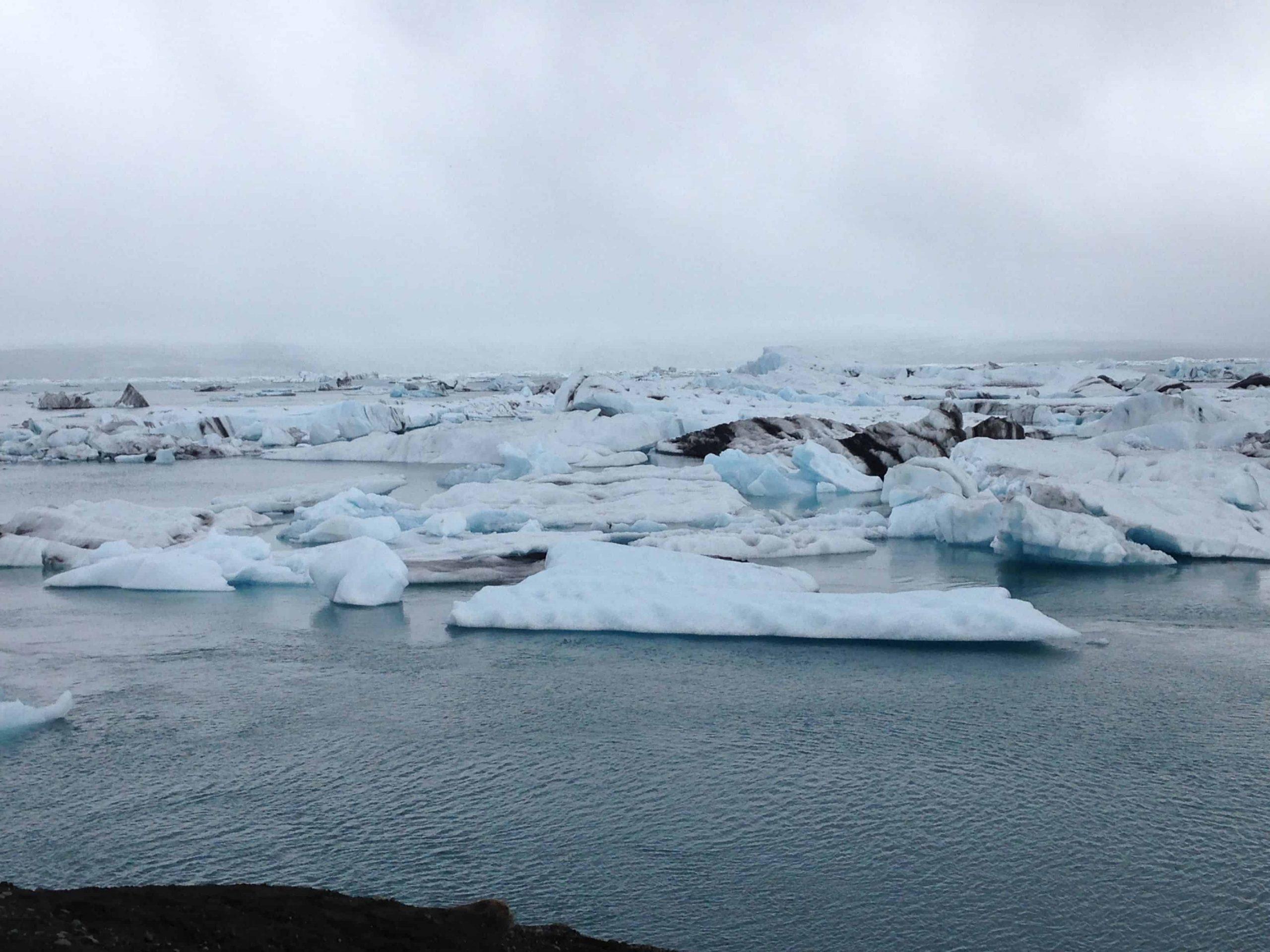 Un lac avec glaciers.