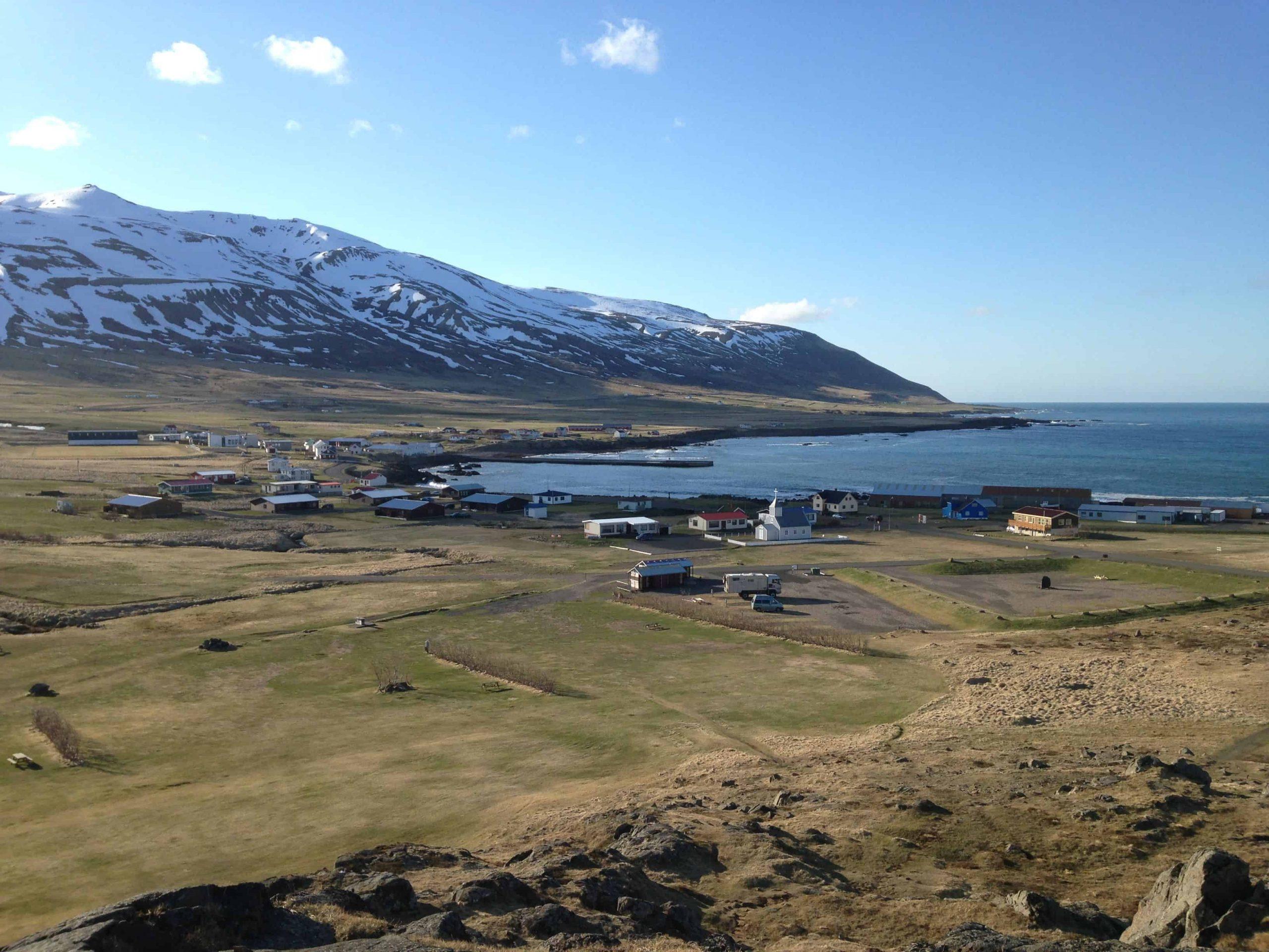Un petit village de la côte est en bordure de mer.