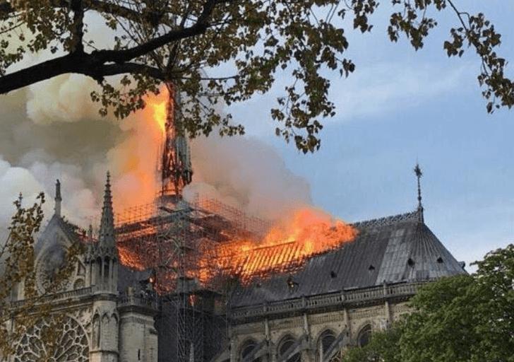 Incendie terrible en cours à la Cathédrale Notre-Dame de Paris