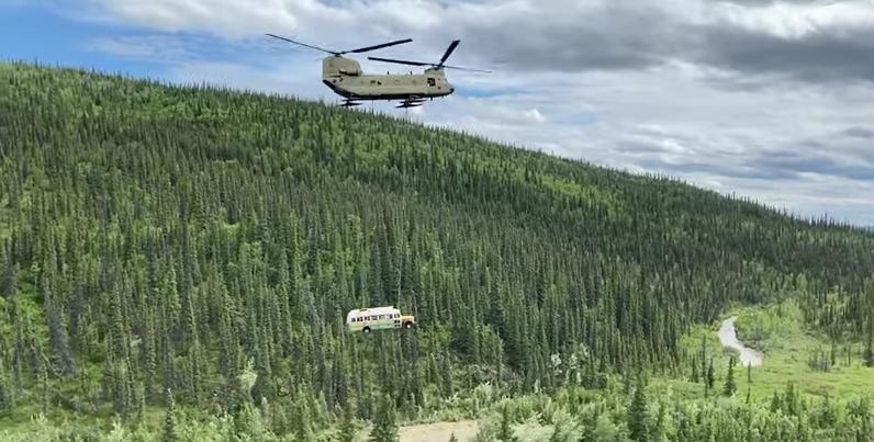 You are currently viewing Le célèbre bus de «Into The Wild» en Alaska a été retiré après avoir causé trop de décès